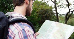 Sluit omhoog van wandelaar die een kaart kijken stock footage
