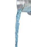 Sluit omhoog van waterstraal die van glaskruik stromen Royalty-vrije Stock Afbeelding