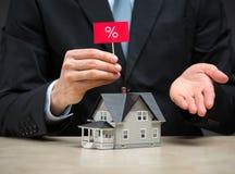 Sluit omhoog van weinig huis en hand die percententablet houden Royalty-vrije Stock Foto