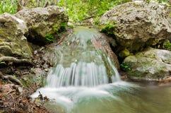 Sluit omhoog van weinig waterval Stock Afbeeldingen