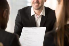 Sluit omhoog van werkgevers of recruiters die het herzien cv houden hervatten Royalty-vrije Stock Fotografie