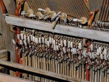 Sluit omhoog van werktuigkundigen binnen van een rechte doorstane antiquiteit gebroken rustieke piano in openlucht in de woestijn royalty-vrije stock afbeeldingen