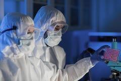 Sluit omhoog van wetenschappers die test in chemisch laboratorium maken stock foto's