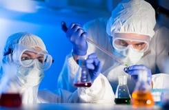Sluit omhoog van wetenschappers die test in laboratorium maken stock afbeelding