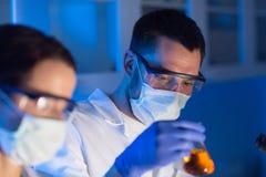 Sluit omhoog van wetenschappers die test in laboratorium maken royalty-vrije stock foto