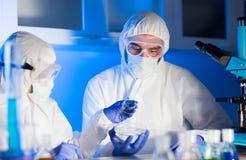 Sluit omhoog van wetenschappers met teststeekproeven in laboratorium stock fotografie