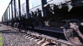Sluit omhoog van wielen van trein die door spoorweg gaan stock videobeelden