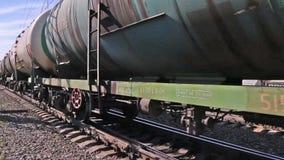 Sluit omhoog van wielen van trein van Russische Spoorweg stock videobeelden