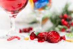Sluit omhoog van wijn en snoepjes op een Kerstmislijst royalty-vrije stock afbeeldingen