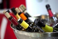 Sluit omhoog van wijnflessen Stock Foto's