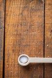 Sluit omhoog van Witte Ruwe Groud-Overzeese Zoute Kristallen in Kleine Houten stock foto