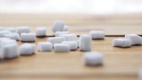 Sluit omhoog van witte suiker op houten raad of lijst stock video