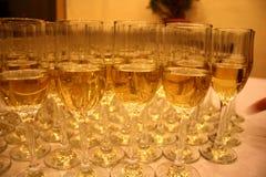 Sluit omhoog van witte wijnglazen Royalty-vrije Stock Afbeeldingen