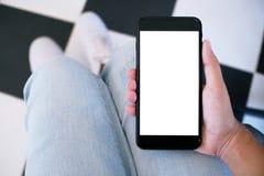 Sluit omhoog van women& x27; s handen die het lege exemplaar van de celtelefoon spac houden stock foto