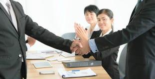 Sluit omhoog van zakenlieden die hand schudden Royalty-vrije Stock Foto's