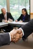 Sluit omhoog van zakenlieden die handen schudden Royalty-vrije Stock Foto's