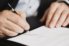 Sluit omhoog van zakenman die een contract ondertekent. Royalty-vrije Stock Fotografie