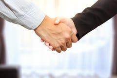 Sluit omhoog van zakenman en onderneemster het schudden dient offic in stock afbeelding