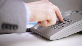 Sluit omhoog van zakenman het draaien telefoonaantal stock videobeelden
