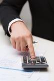 Sluit omhoog van zakenman met documenten en calculator Stock Fotografie
