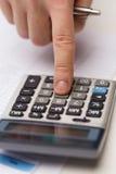 Sluit omhoog van zakenman met documenten en calculator Stock Foto