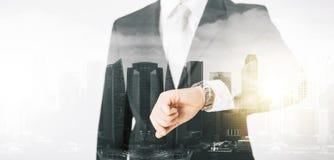 Sluit omhoog van zakenman met polshorloge Stock Foto's