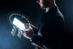 Sluit omhoog van zakenman met transparante tabletpc Stock Foto's