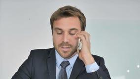 Sluit omhoog van Zakenman Negotiating met Klant, Telefoonbespreking stock videobeelden