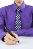 Sluit omhoog van zakenmanhand met pen Stock Afbeelding