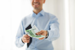 Sluit omhoog van zakenmanhanden houdend geld Royalty-vrije Stock Foto