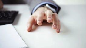 Sluit omhoog van zakenmanhanden met blocnote stock footage