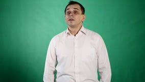 Sluit omhoog van zeer boze zakenman negatieve emoties op groene chroma zeer belangrijke achtergrond stock footage