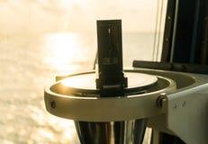 Sluit omhoog van zeevaart marien magnetisch kompas op jacht of boot royalty-vrije stock fotografie