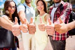 Sluit omhoog van zes als tekens van verschillende multi culturele studenten, stock foto