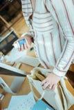 Sluit omhoog van zwangere vrouw die weinig pak vitaminen houden royalty-vrije stock foto's