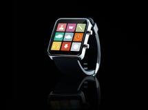 Sluit omhoog van zwart slim horloge met app pictogrammen Stock Foto's