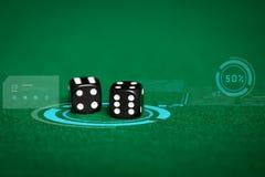 Sluit omhoog van zwarte dobbelen op groene casinolijst royalty-vrije stock fotografie