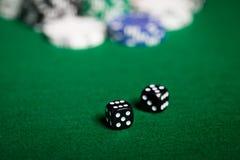 Sluit omhoog van zwarte dobbelt op groene casinolijst Royalty-vrije Stock Afbeelding