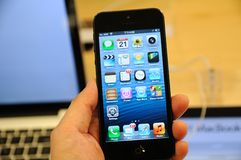 Sluit omhoog van zwarte iPhone 5 Royalty-vrije Stock Afbeelding
