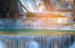 Sluit omhoog veelvoudige lagenwaterval in tropisch diep bos Royalty-vrije Stock Foto's