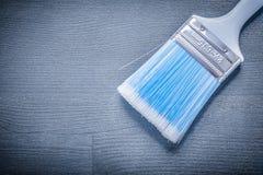 Sluit omhoog verfborstel met blauw varkenshaar en wit handvat stock foto