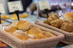 Sluit omhoog Verscheidenheid van vers brood in een supermarkt Stock Foto