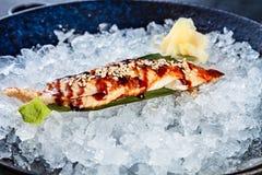 Sluit omhoog verse gesneden die palingssashimi in kom met ijs wordt gediend De Japanse Sashimi van het Voedsel Het restaurantmenu stock afbeelding