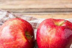 Sluit omhoog verse rode appel op houten lijst Stock Afbeelding