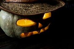 Sluit omhoog verwijderd verlichten hefboomo lantaarn in hoed op donkere achtergrond op Halloween F royalty-vrije stock foto's
