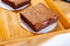 Sluit omhoog Vierkant Brownie Chocolate Cakes op houten dienblad dat klaar te verkopen Smelting in uw mond stock fotografie