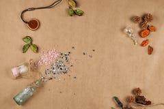 Sluit omhoog vlakke mening kosmetische glasflessen, verspreid badzout Plaats voor tekst royalty-vrije stock afbeelding