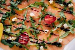 Sluit omhoog vlees en groenten op een witte plaat Royalty-vrije Stock Fotografie