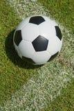 Sluit omhoog voetbal in het doel Royalty-vrije Stock Foto's