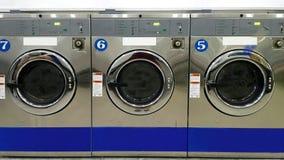 Sluit omhoog volledig kader van industriële wasmachines voor openbaar gebruik in laundromat/laundrette Royalty-vrije Stock Afbeelding
